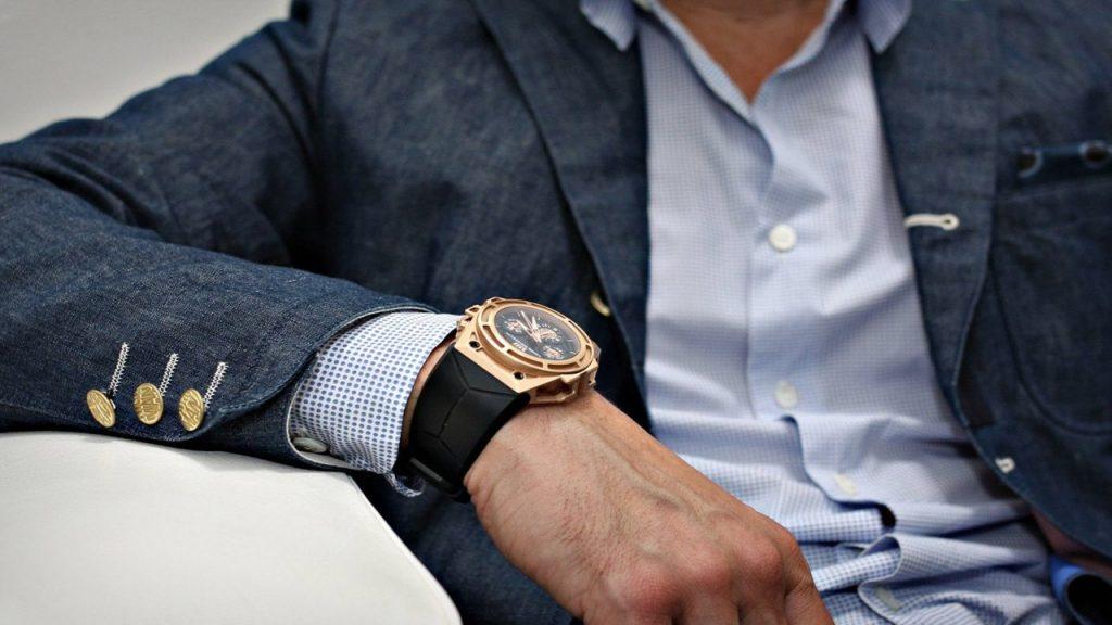 На какой руке правильно носить часы ?